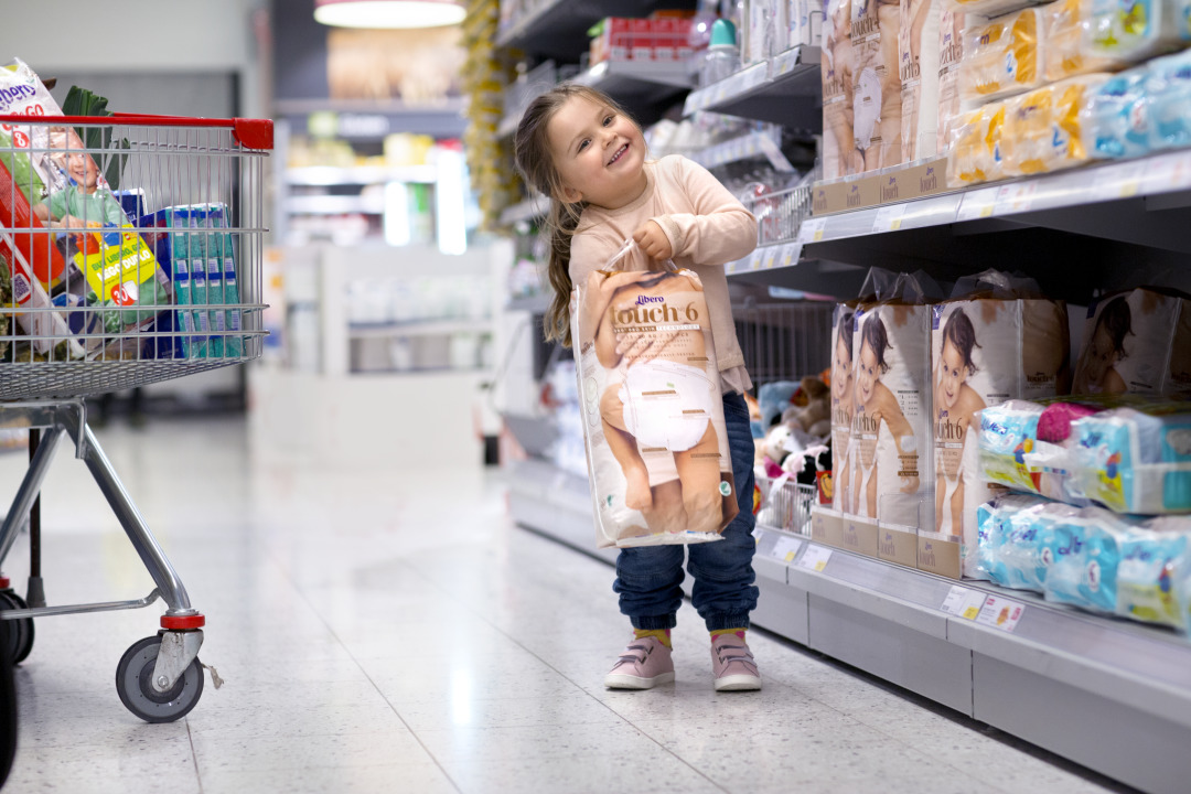 child_shopping_in_store_4.tif